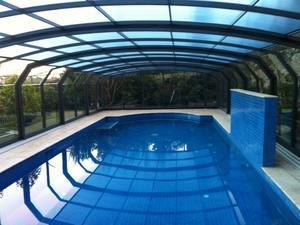 une piscine couverte